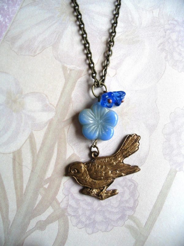 Bird pendant necklace, with blue flower