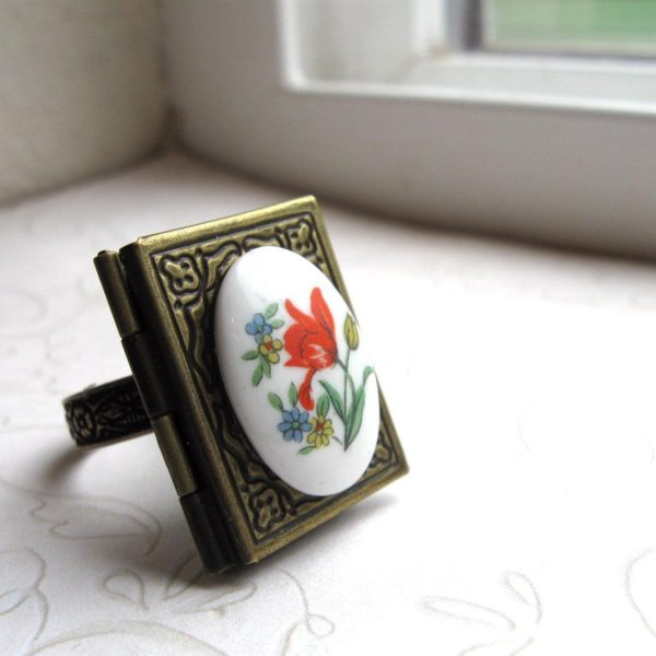 Locket ring, vintage glass cabochon