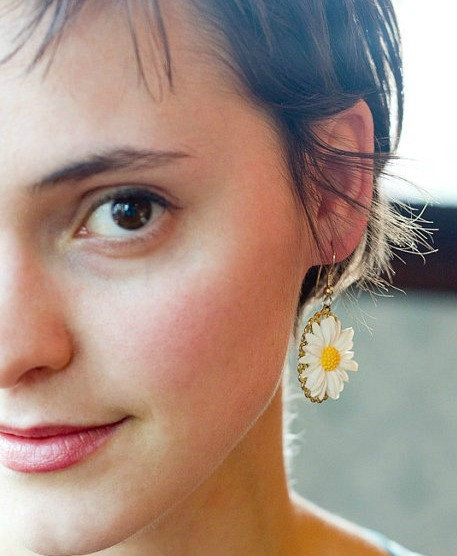White daisy earrings, vintage style, gold plated